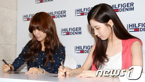 130728+sooyoung+seohyun+at+tommy+hilfiger+fansign+event (11).jpg