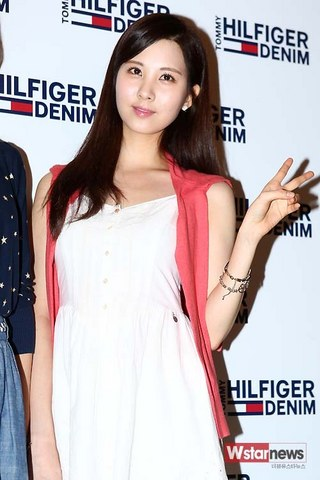 130728+sooyoung+seohyun+at+tommy+hilfiger+fansign+event (119).jpg