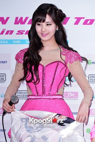 News Pictorial\KpopStarz\77420-seohyun-attends-press-conference-for-girls-generation-snsd-2013-world-.jpg
